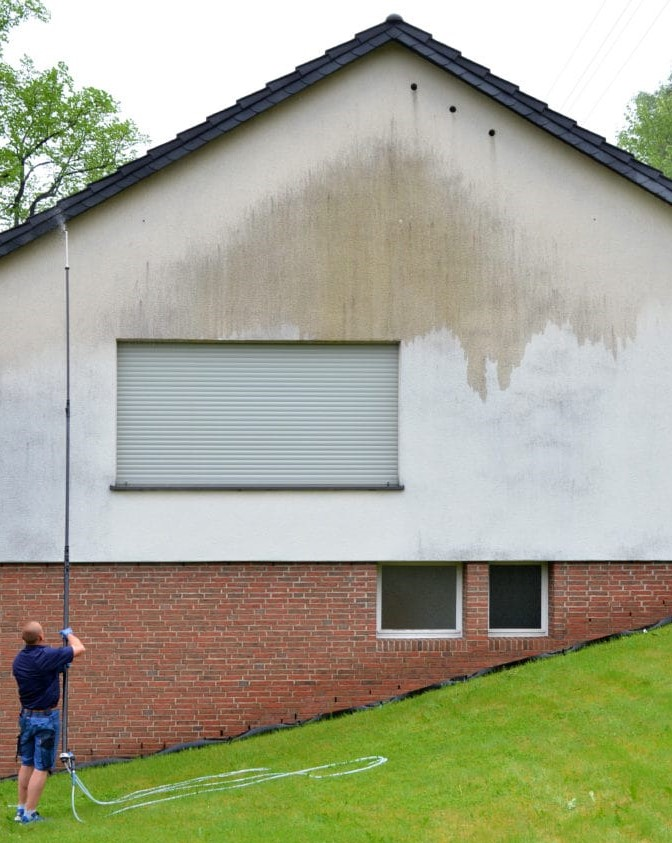 Fassadenreinigung Hauswand Vorbehandlung mit Reinigunspräparat - Fassadenclean