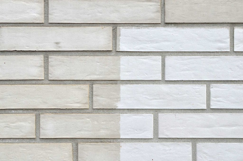 Fassadenreinigung kostenlose Musterfläche an Hauswand sichtbarer Unterschied - Fassadenclean aus Oberösterreich