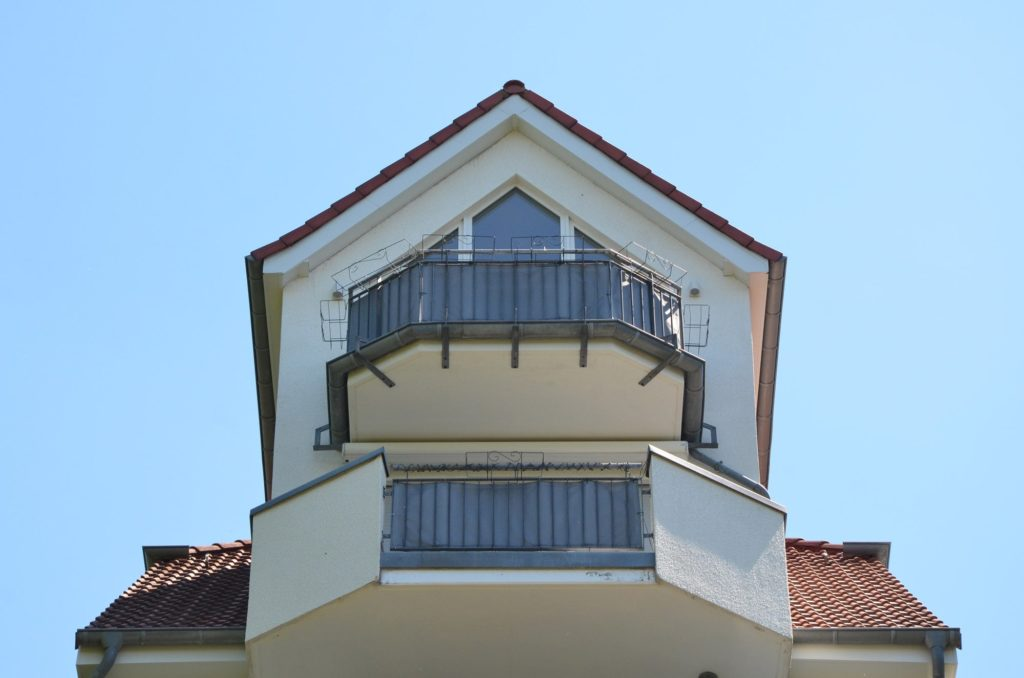 Fassadereinigung gereinigte Balkon-Fassade von unten - Fassadenclean Oberösterreich