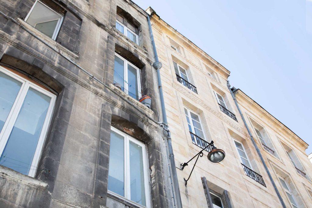 Fassaden-Reinigung Hauswand direkt sichtbarer Unterschied Ansicht von unten - Fassadenclean